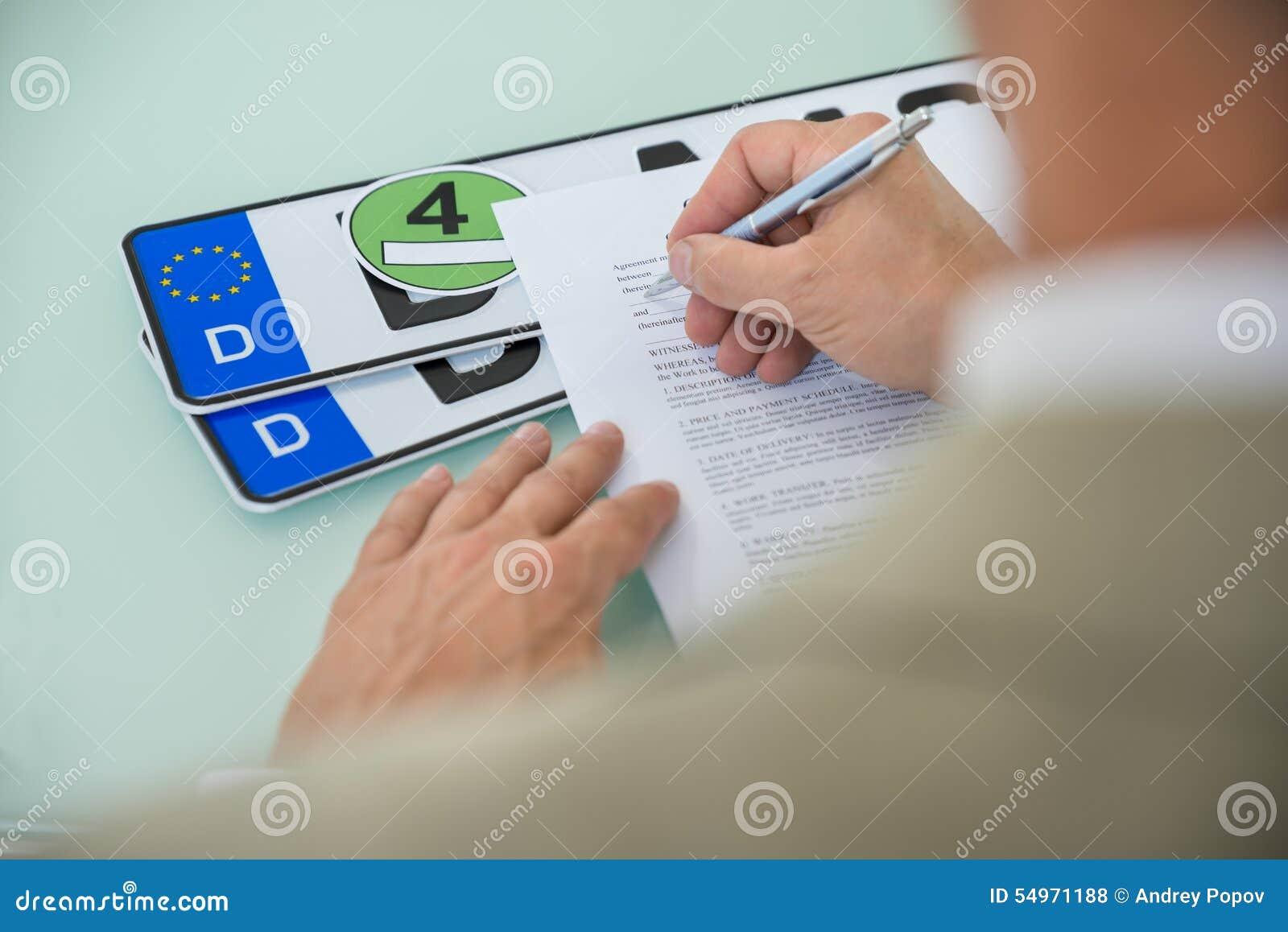 Forme remplissante de contrat de vente de voiture d homme d