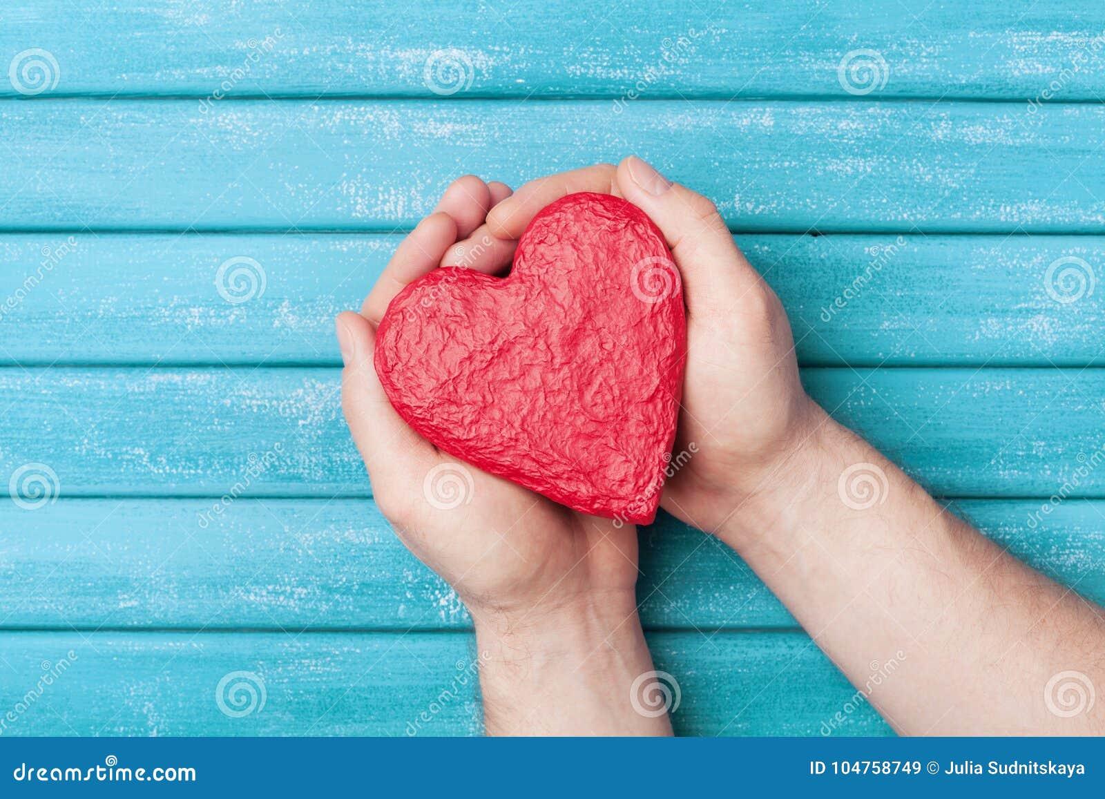 Forme rouge de coeur dans la vue supérieure de mains Concept sain, de donation d organe, de donateur, d espoir et de cardiologie