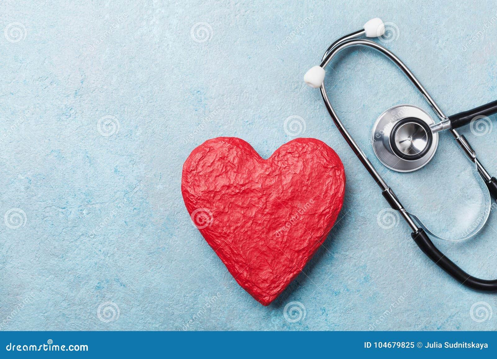 Forme rouge de coeur et stéthoscope médical sur la vue supérieure de fond bleu Concept de soins de santé, d assurance-maladie et