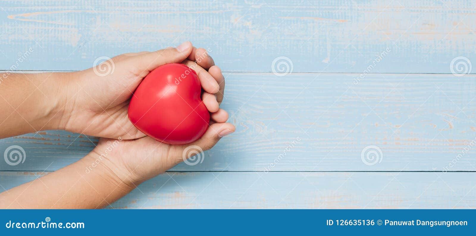 Forme rouge de coeur sur le fond en bois de couleur en pastel soins de santé, donation d organe, et assurance ou amour et Valenti