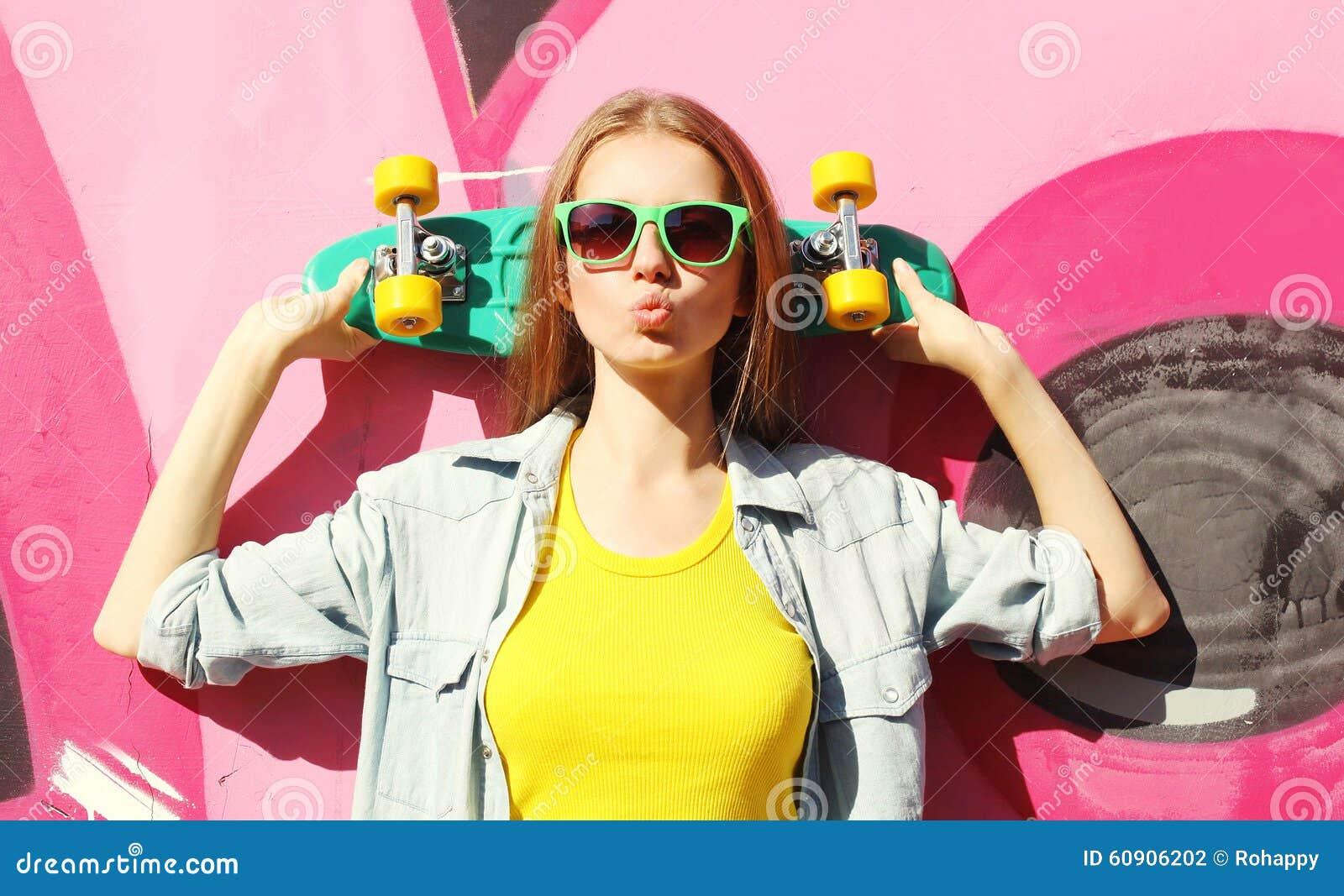 Forme a vestir consideravelmente fresco da menina óculos de sol e skate