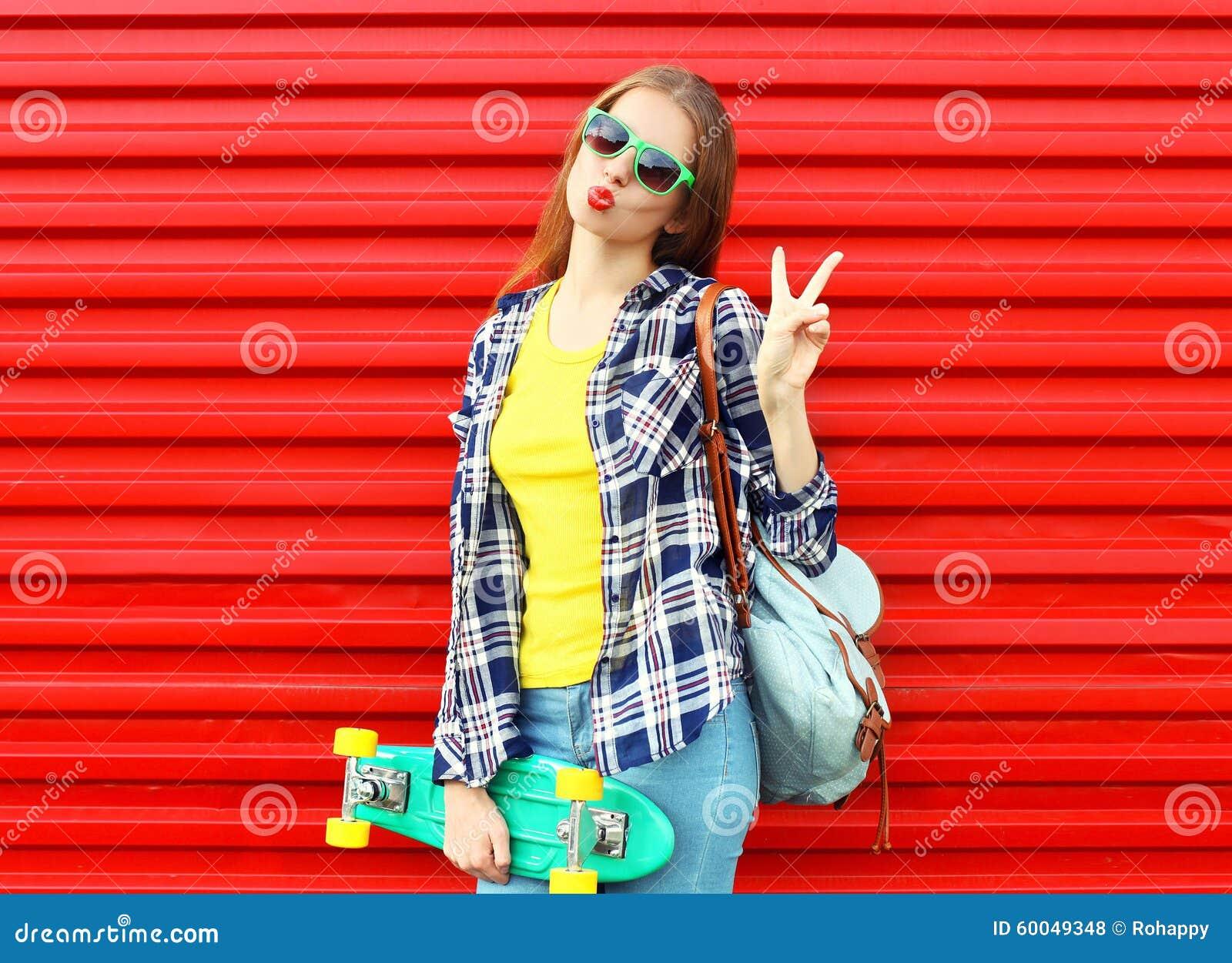 Forme a vestir consideravelmente fresco da menina óculos de sol, skate