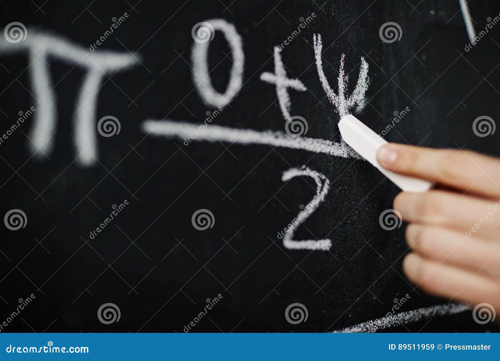Formel för handhandstilmatematik på svart tavla