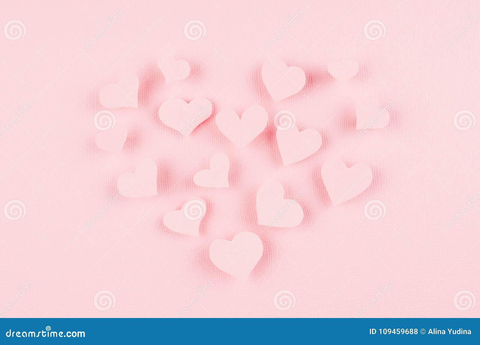 Formez le coeur des coeurs de papier roses de vol sur le fond rose mou de couleur Conception de jour de valentines