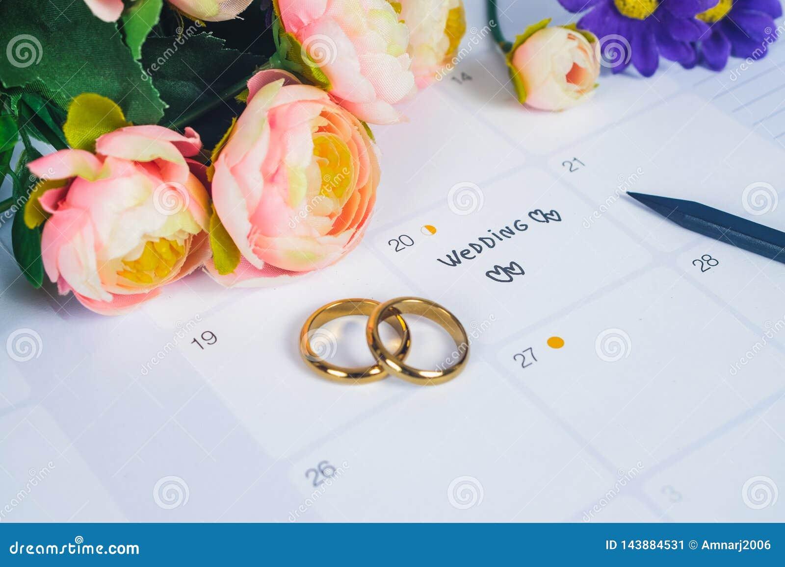 Formułuje ślub przypomnienia dzień ślubu z obrączką ślubną na kalendarzowym planowaniu