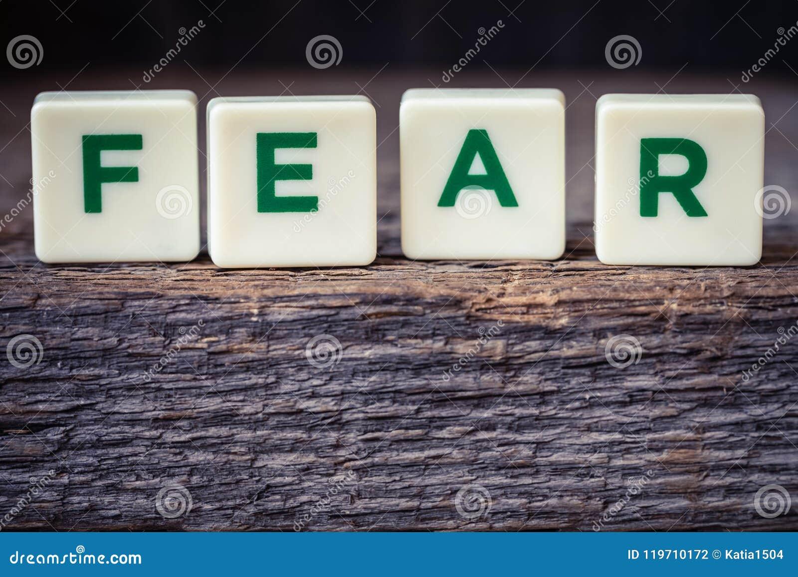 Formułuje strach, listy na nieociosanym tle