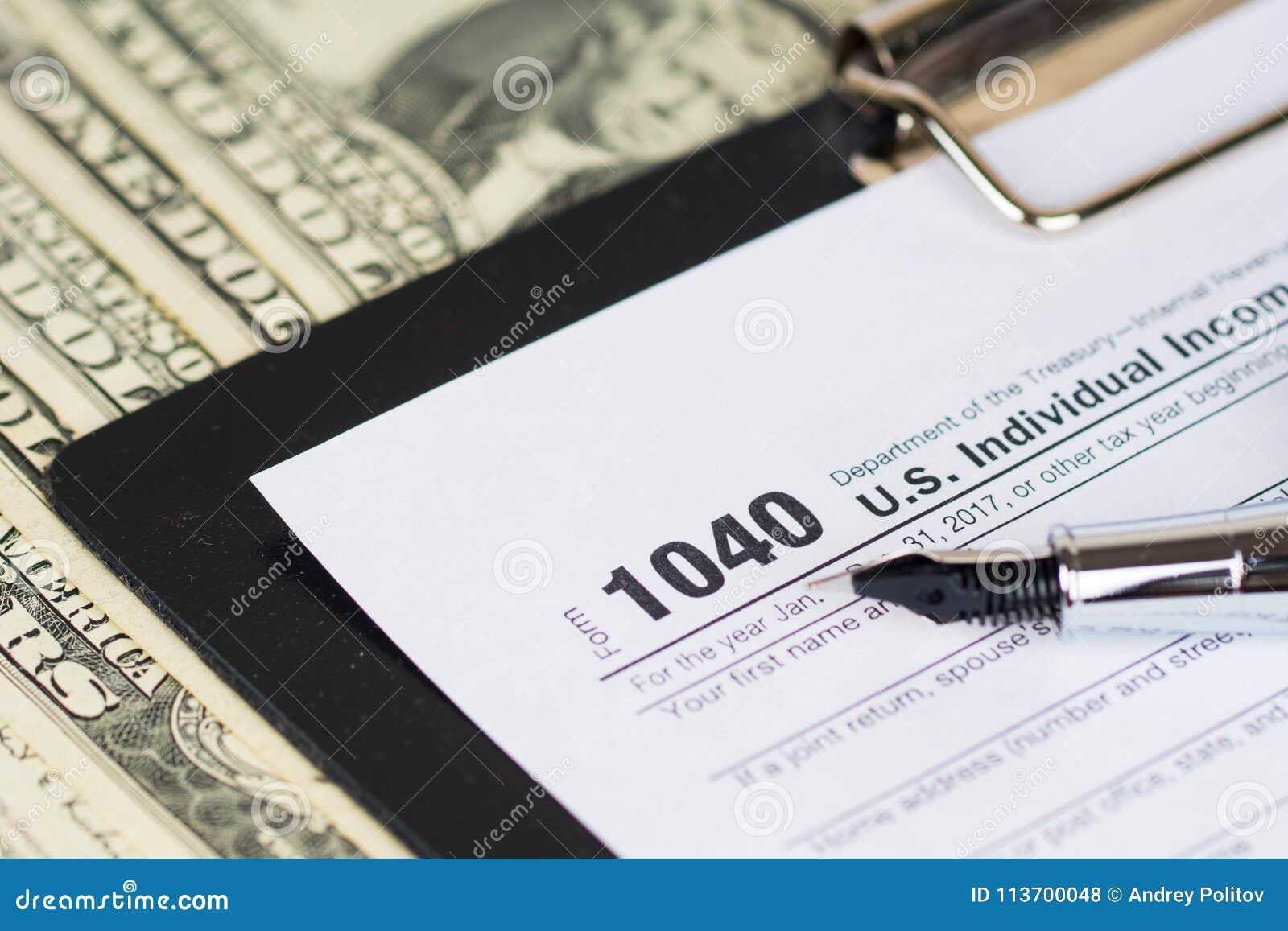 Formulário de declaração de rendimentos individual 1040 da renda com dólares