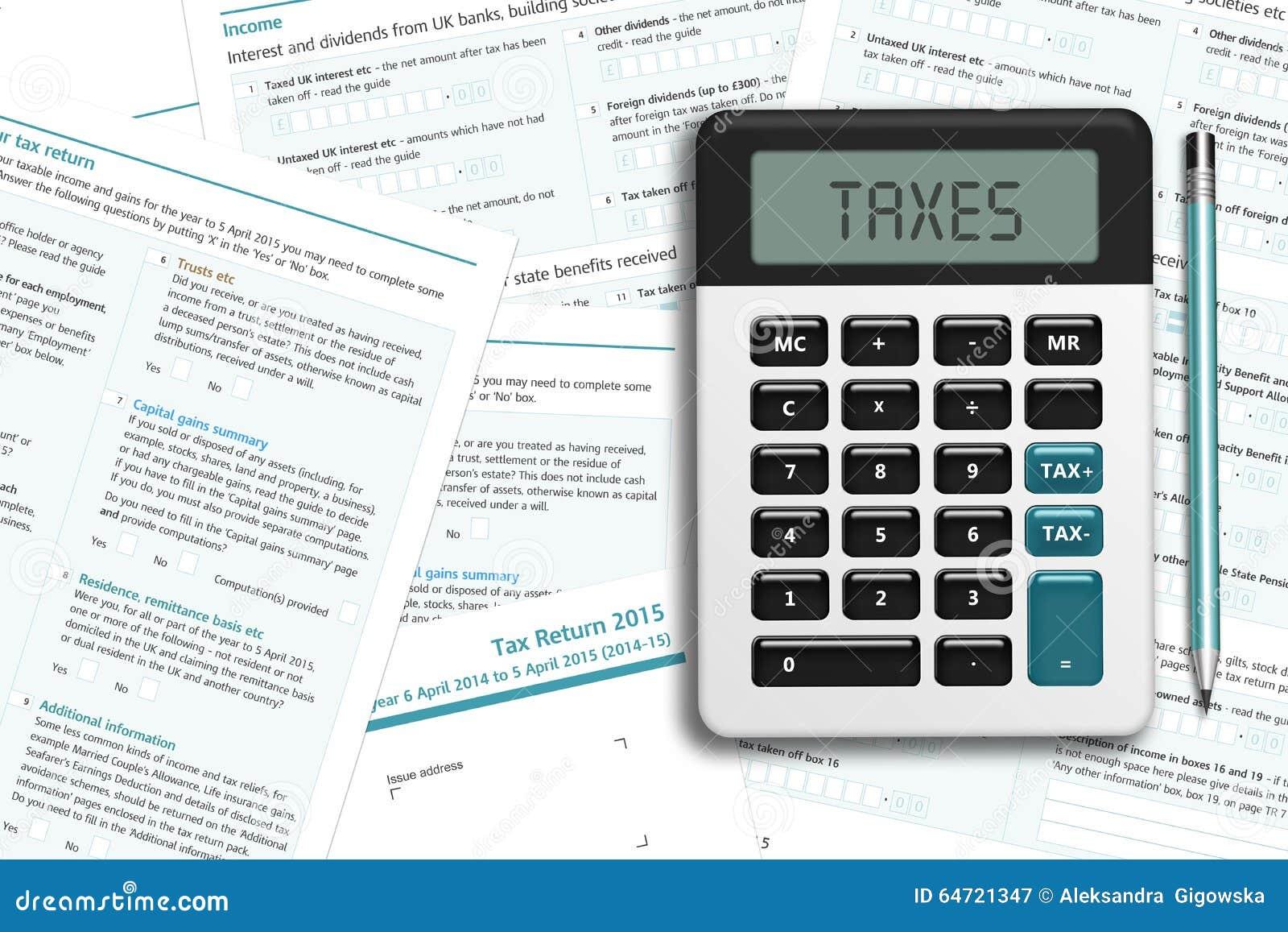Formulário de imposto BRITÂNICO com a calculadora que encontra-se na mesa de madeira