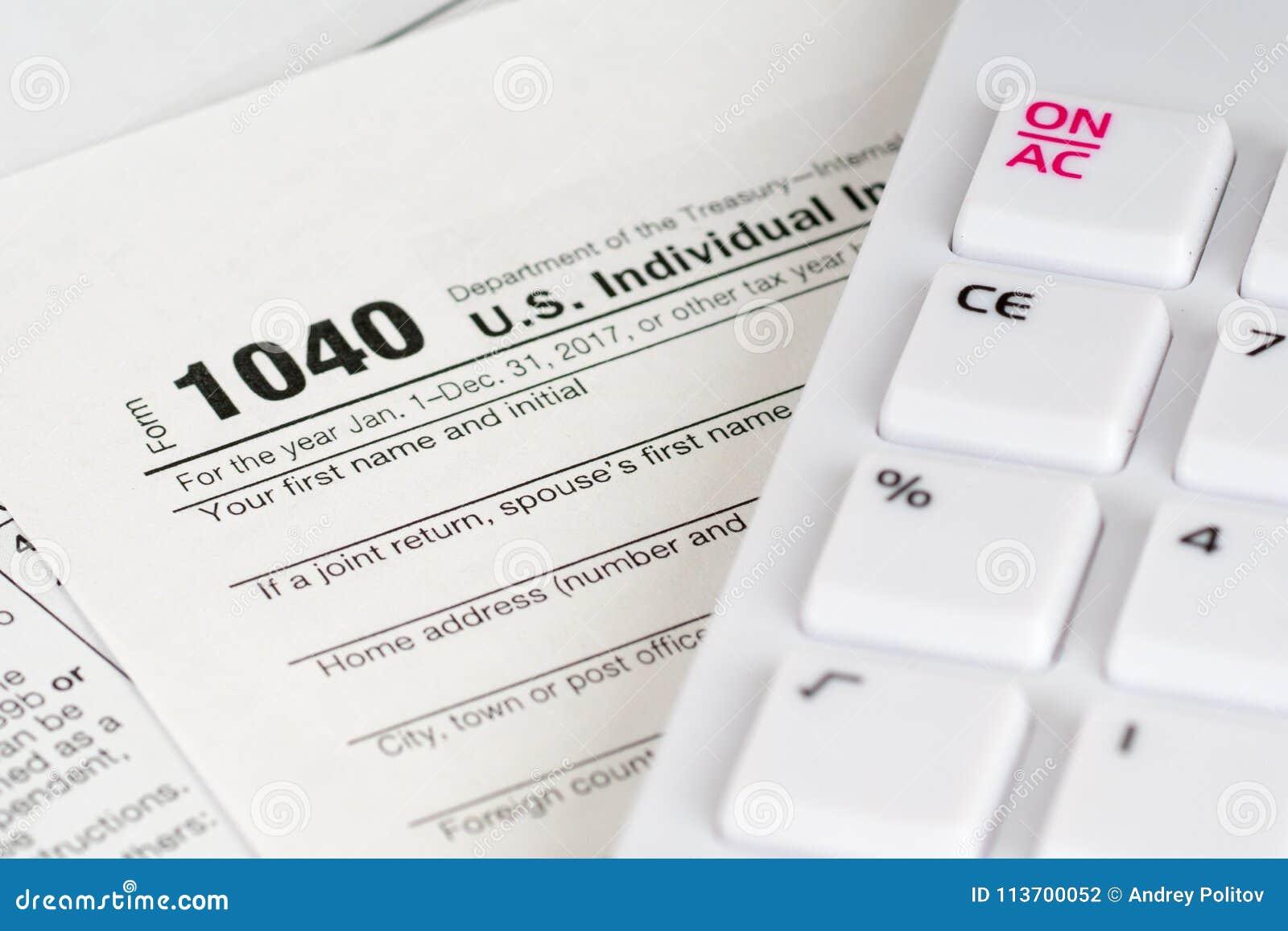Formulário de imposto 1040 com calculadora branca
