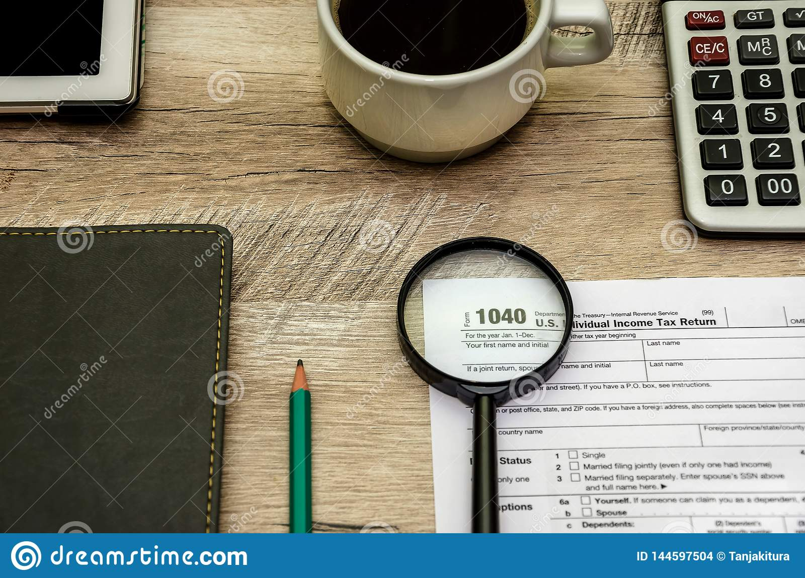 Formulário de imposto 1040, uma lupa Calculadora e caderno Vista de acima