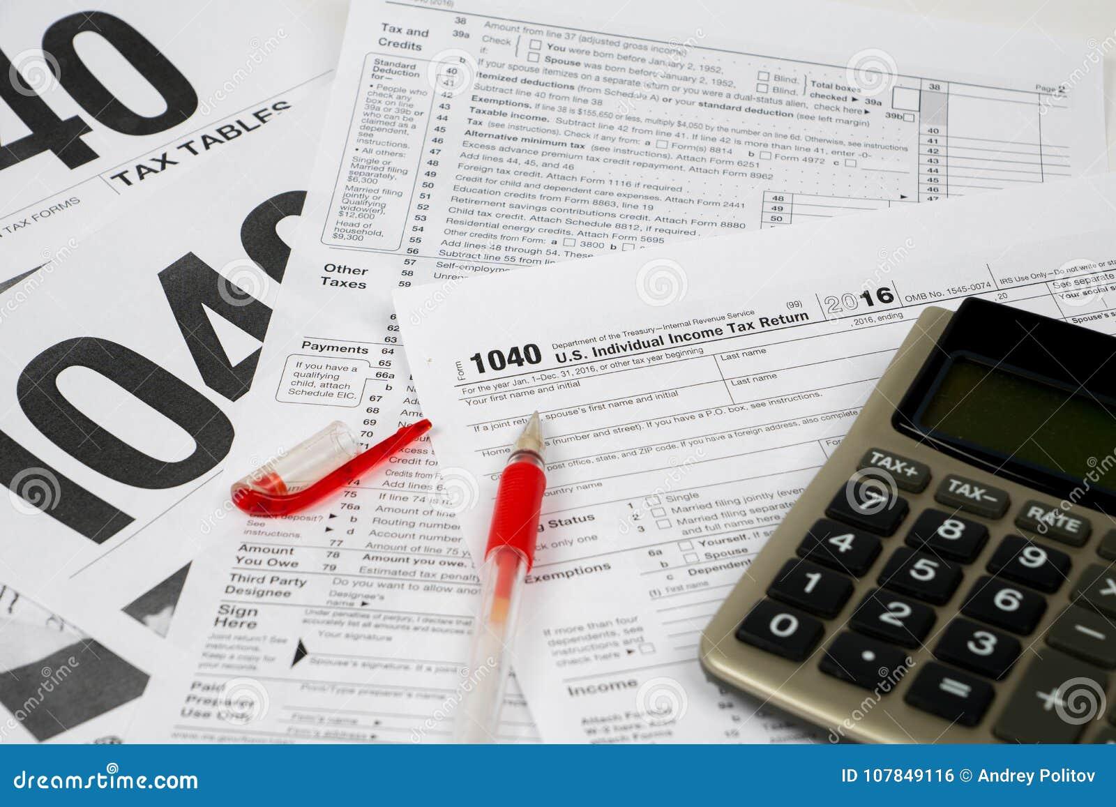 Formulario de impuesto 1040 y tablas, concepto difícil del terraplén