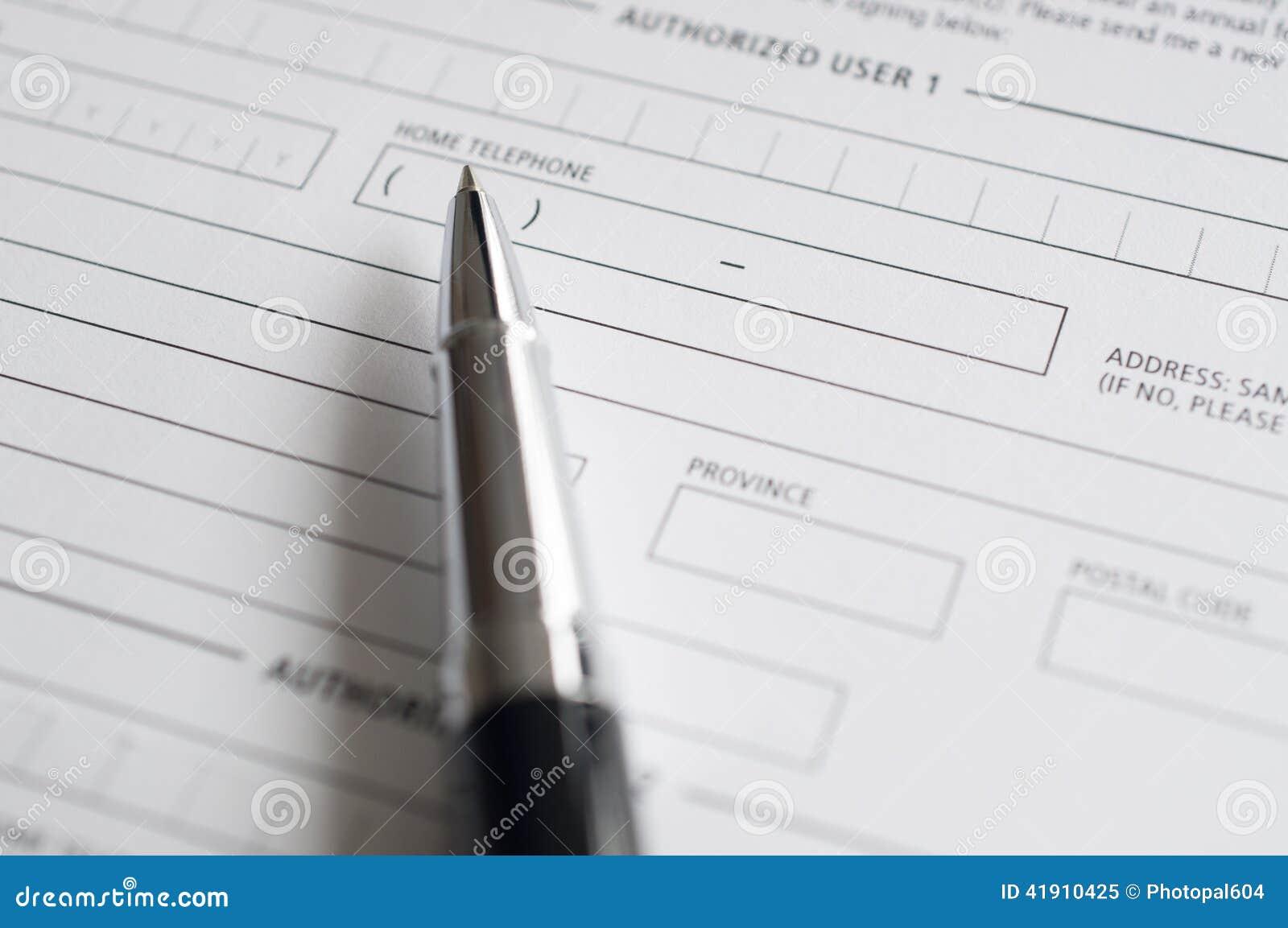 Formulario y pluma de inscripción del crédito en blanco
