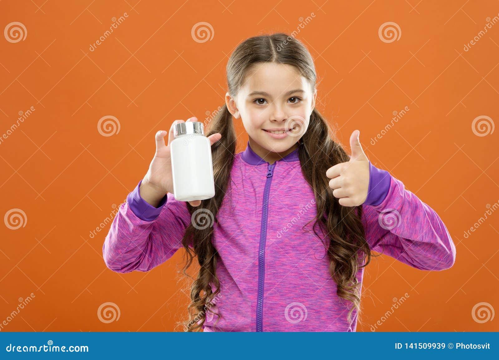 Formule de multivitamin complet et d enfants minéraux Suppléments de vitamine de prise Bouteille de médecines de prise de fille v