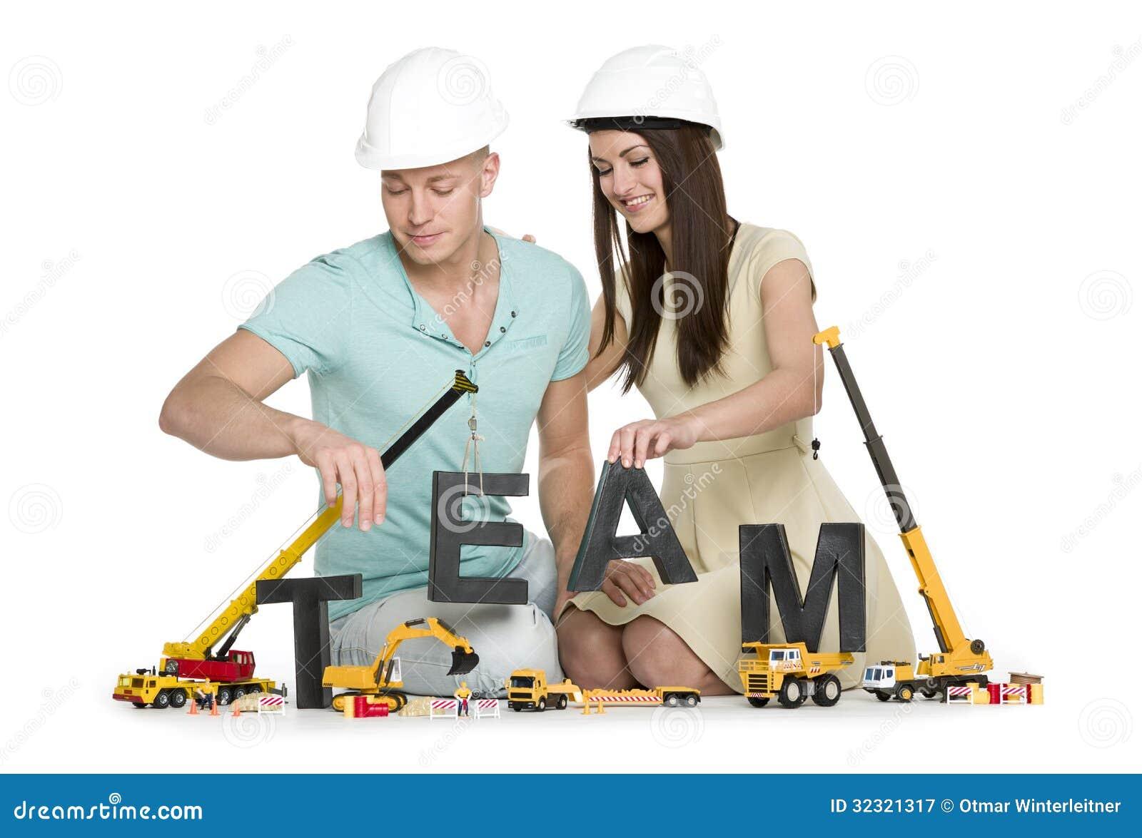 Formung eines Teams: Freudiges Mann- und Frauengebäudeteamwort.