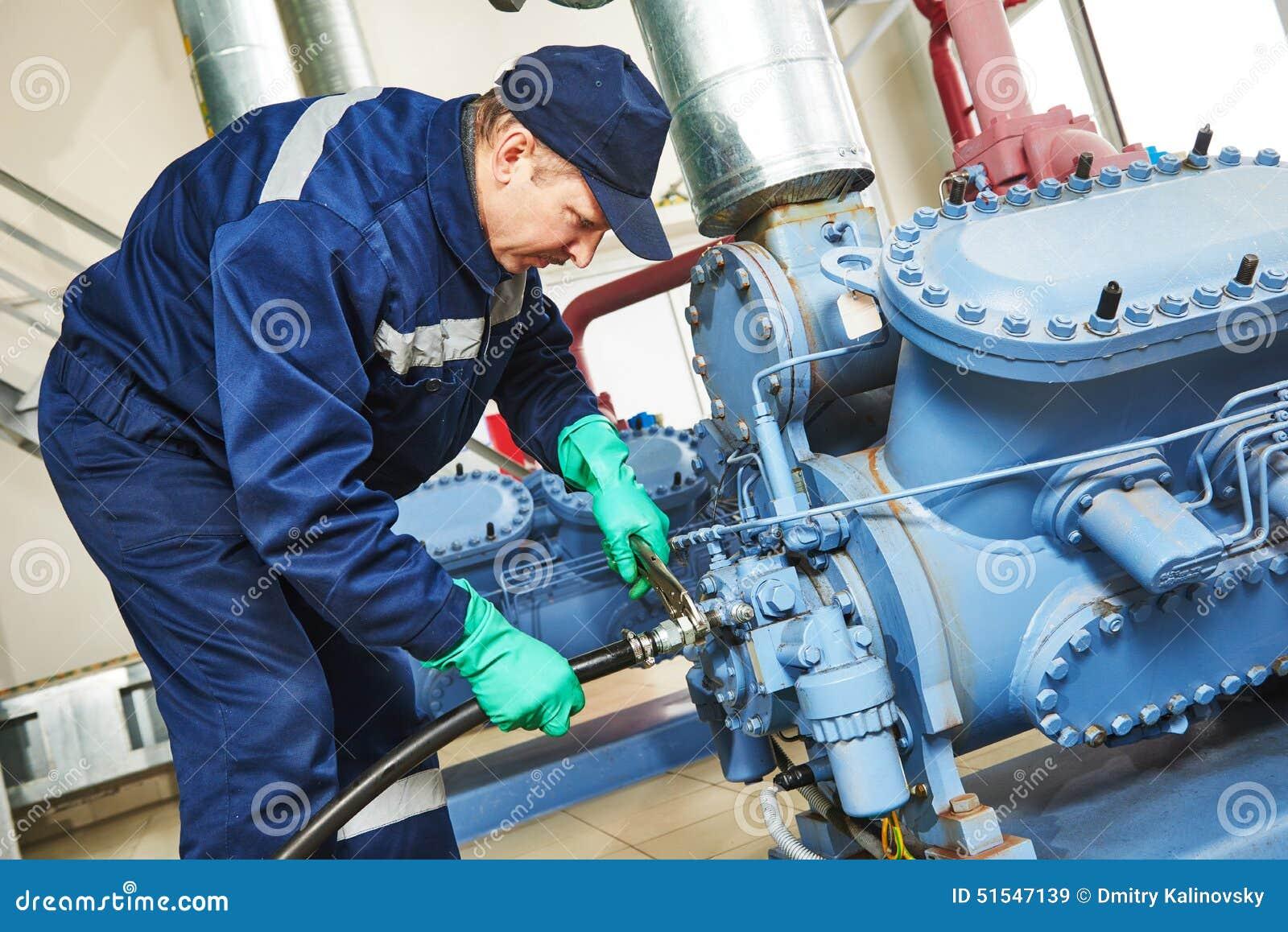 Fornisca un servizio al lavoratore alla stazione industriale del compressore