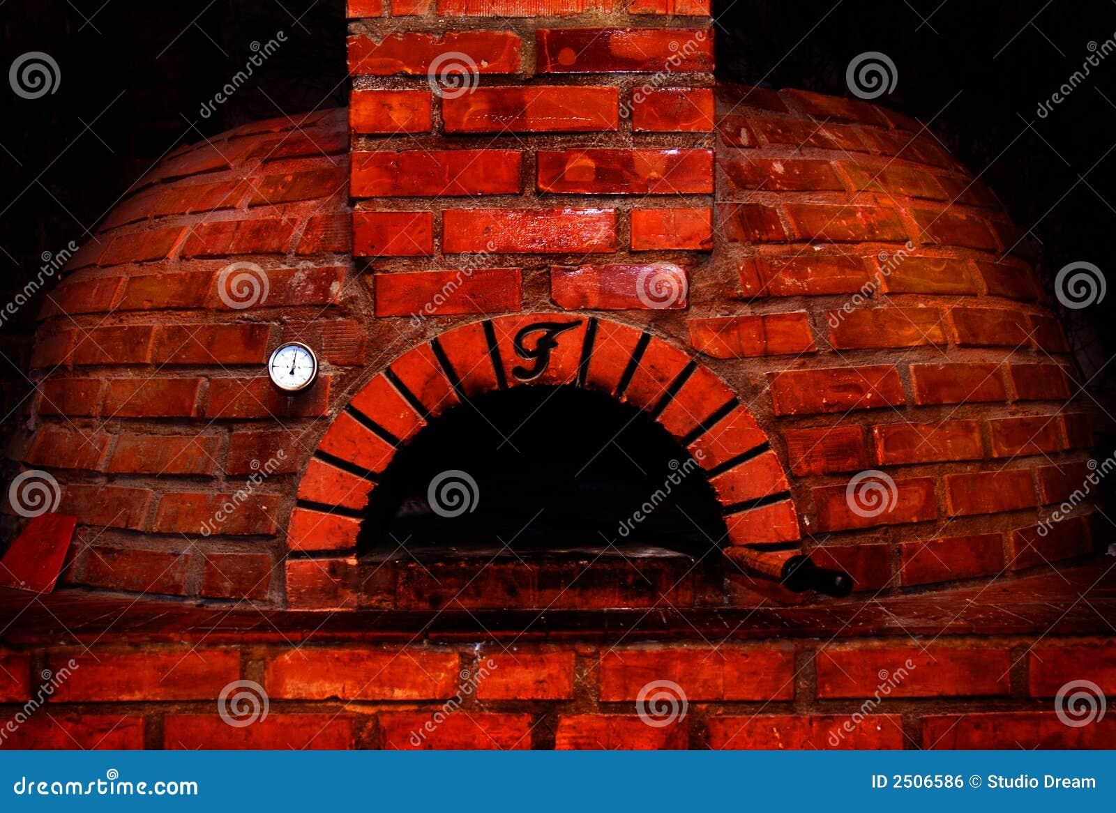 Forno del mattone rosso fotografia stock immagine di for Costo del mattone da costruire
