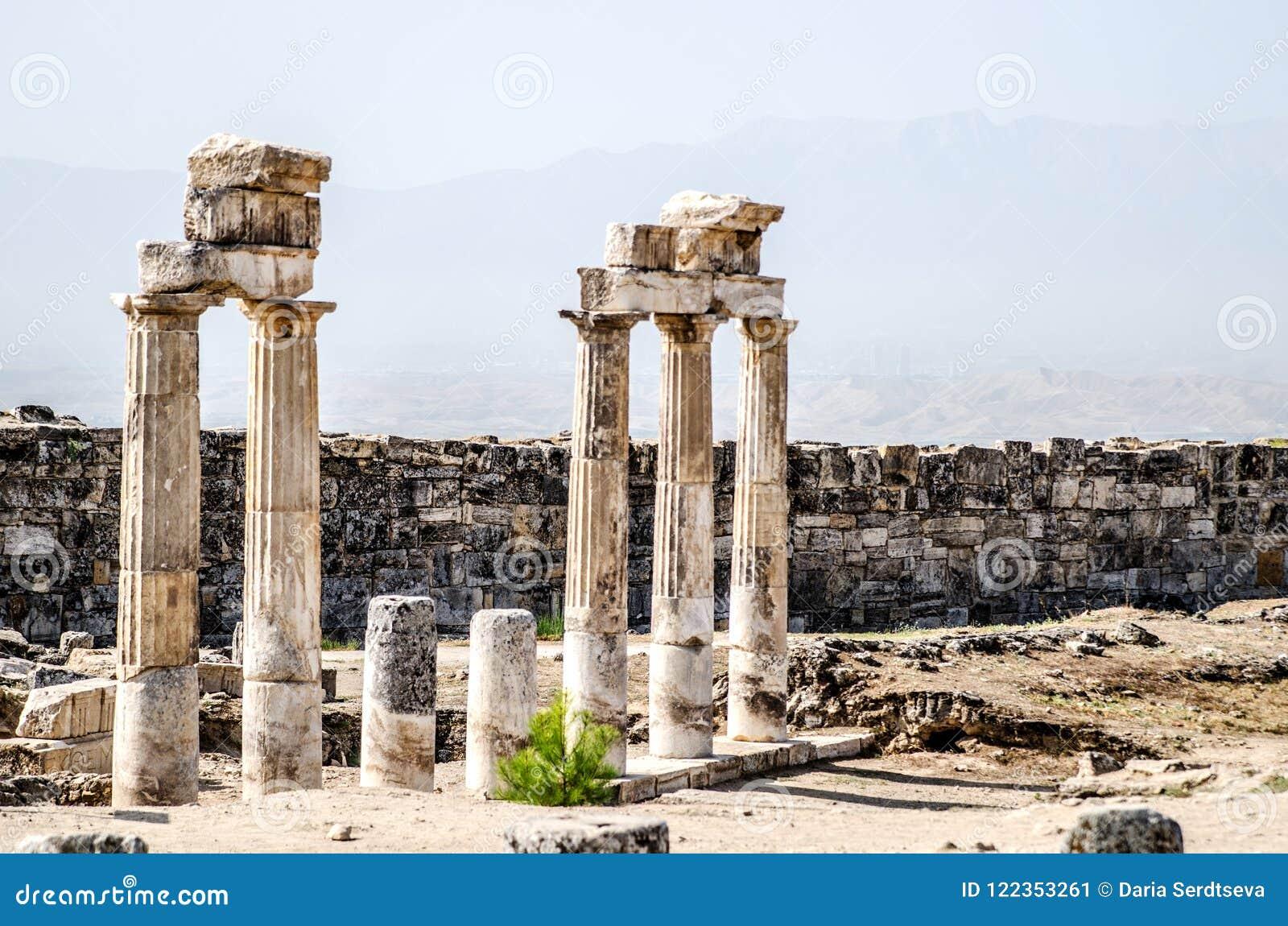 Forntida fördärvar av kolonner i den forntida staden av Hierapolis i Pamukkale, Turkiet