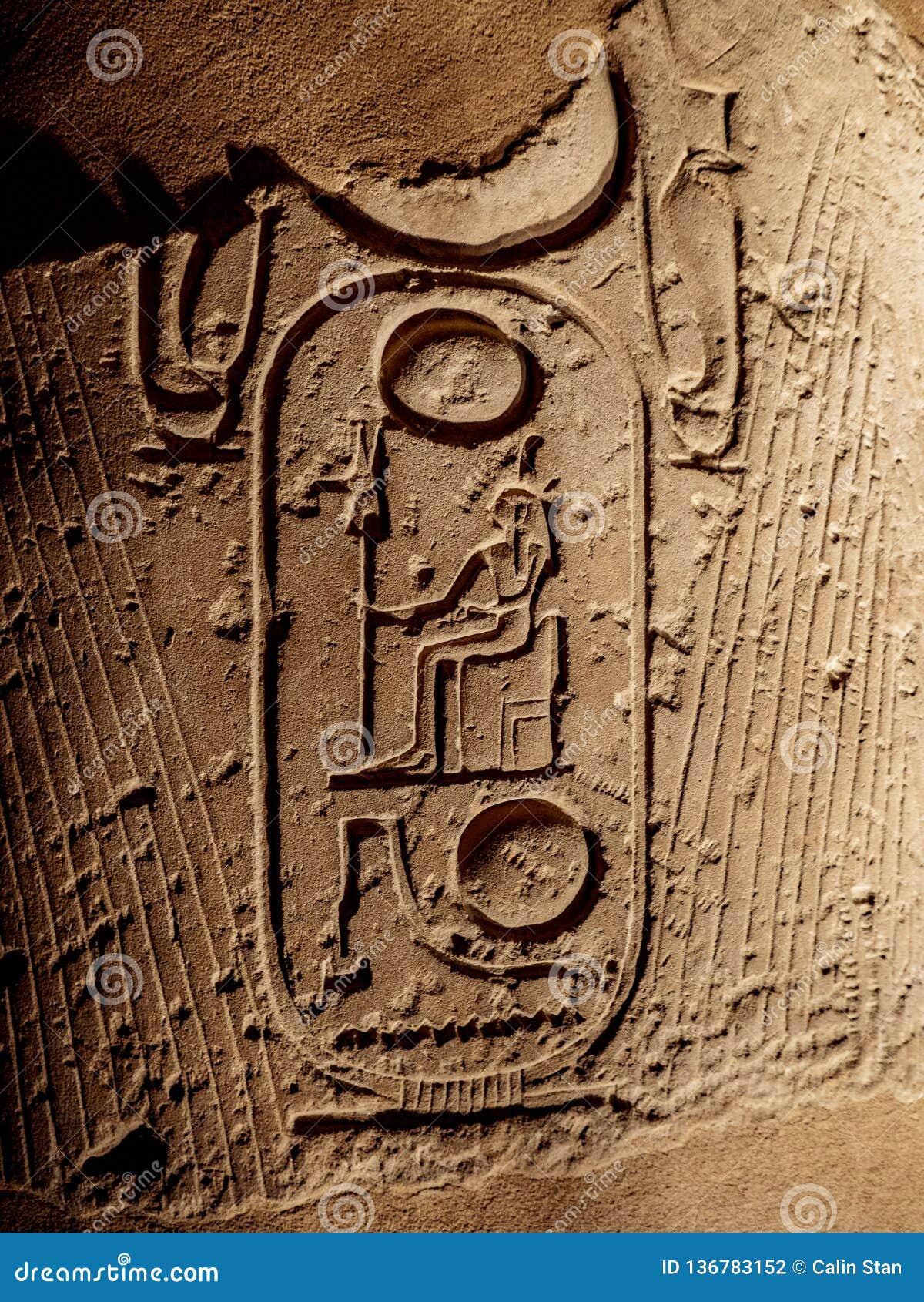 Forntida hieroglyf som visar pharaohs, namnger på en kolonn på den Luxor templet i Egypten