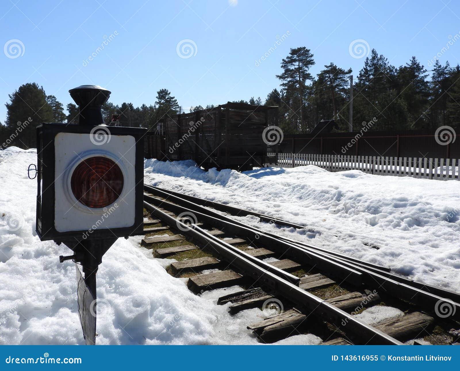 Forntida järnväg semaforsignal som visar ett stopp för transport