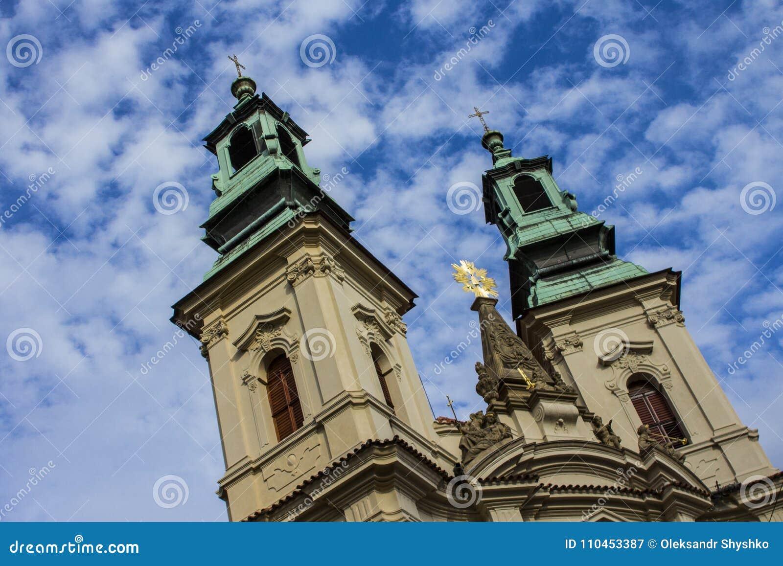 Forntida kyrka i den gamla staden av Prague för republiktown för cesky tjeckisk krumlov medeltida gammal sikt