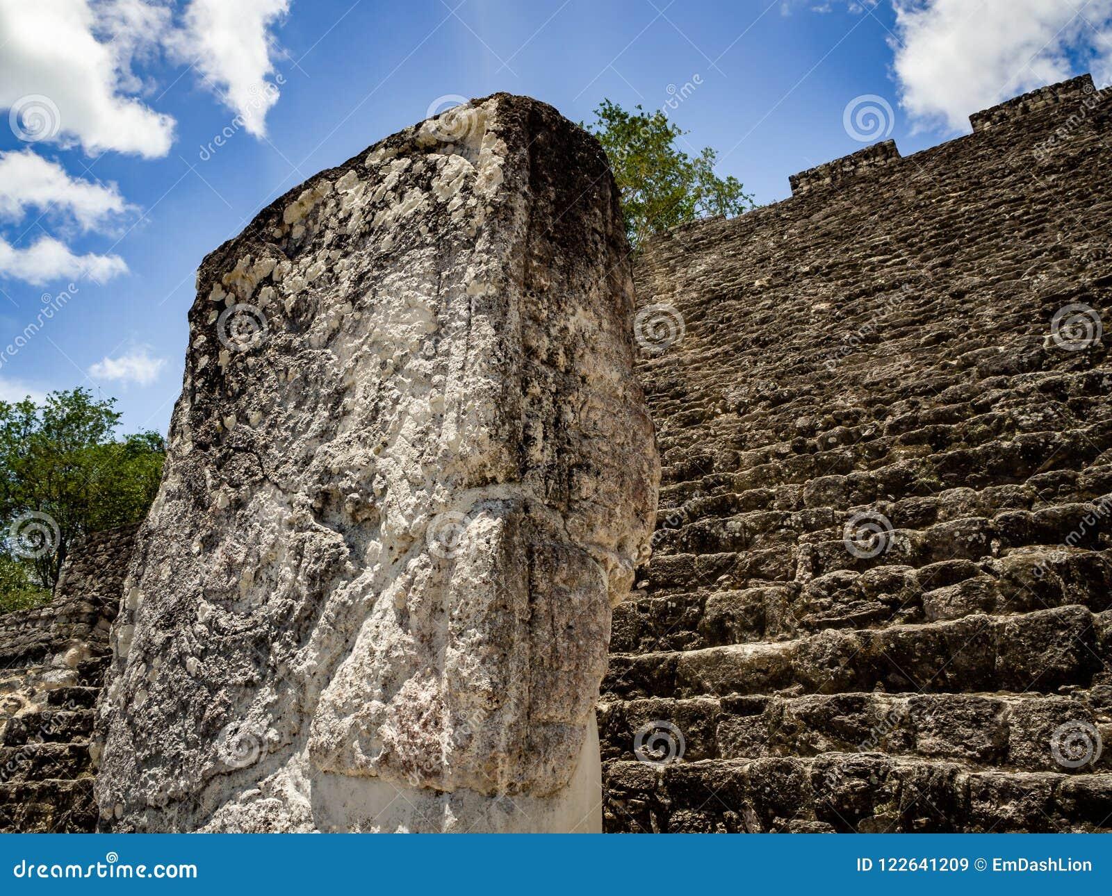 Forntida Mayan skulptur med hieroglyfisk handstil i Calakmul, M