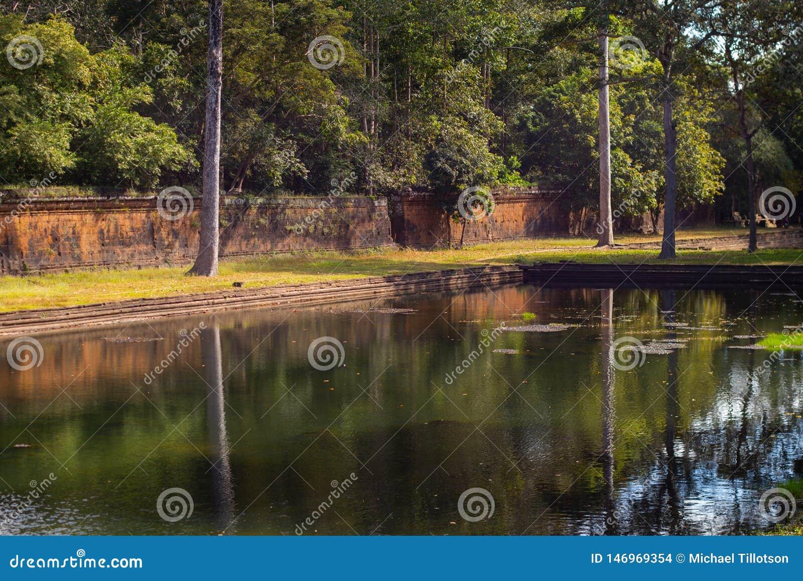 Forntida pöl av vatten & väggen i Angkor Thom, Cambodja