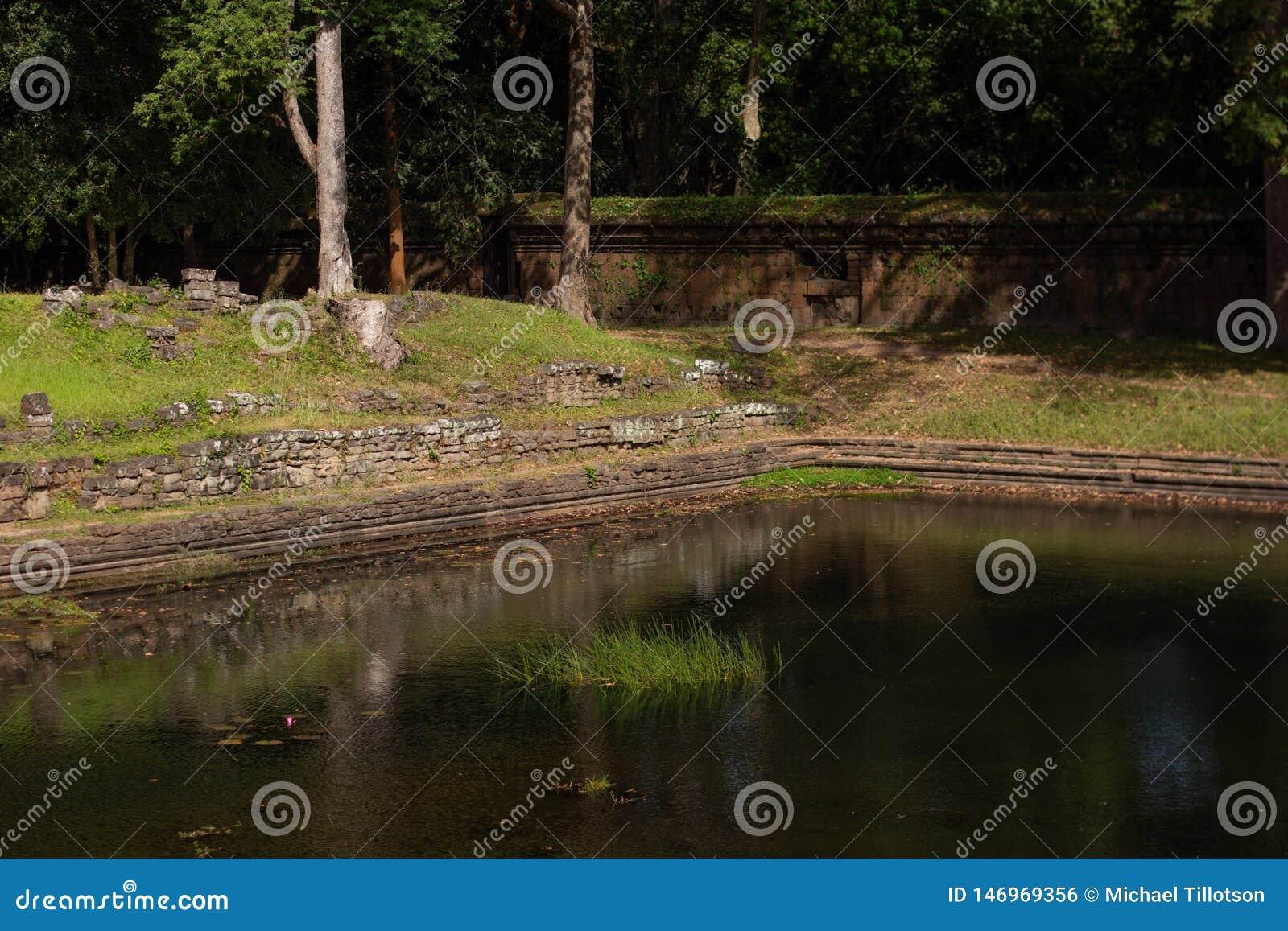 Forntida p?l av vatten & v?ggen i Angkor Thom, Cambodja