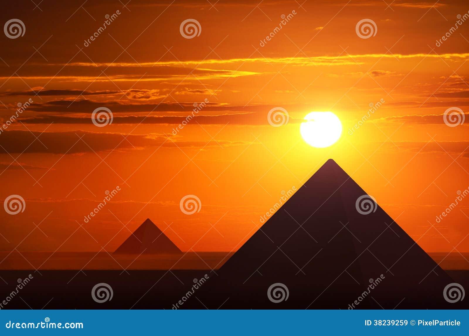 Forntida pyramider i solnedgång