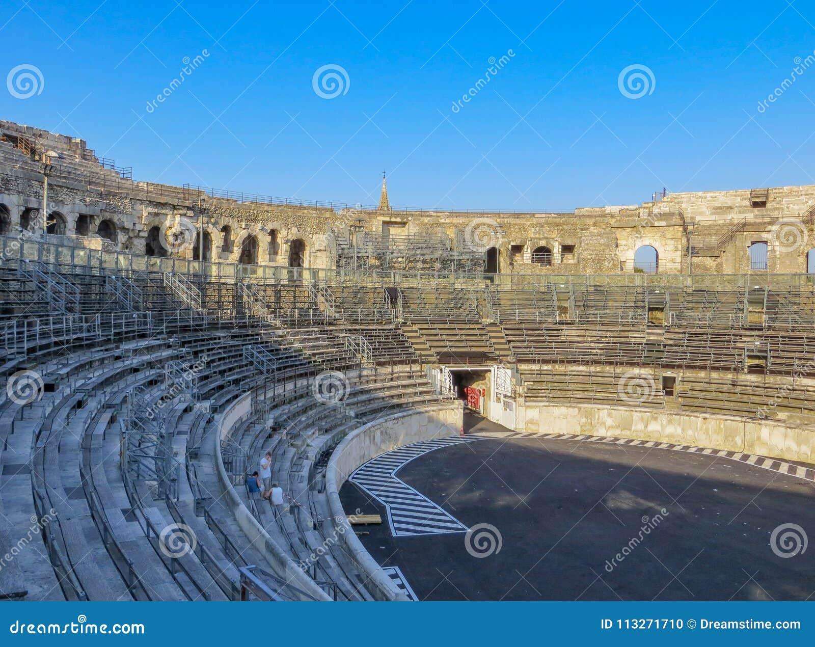 Forntida Roman Arena i Frankrike med blå himmel