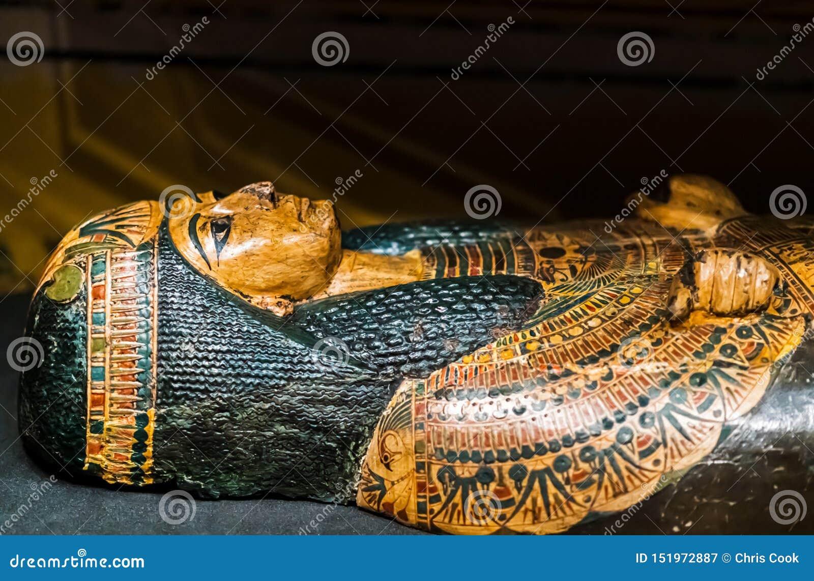 Forntida sarkofag på skärm med en härlig grön och guld- garnering från den forntida egyptiska perioden