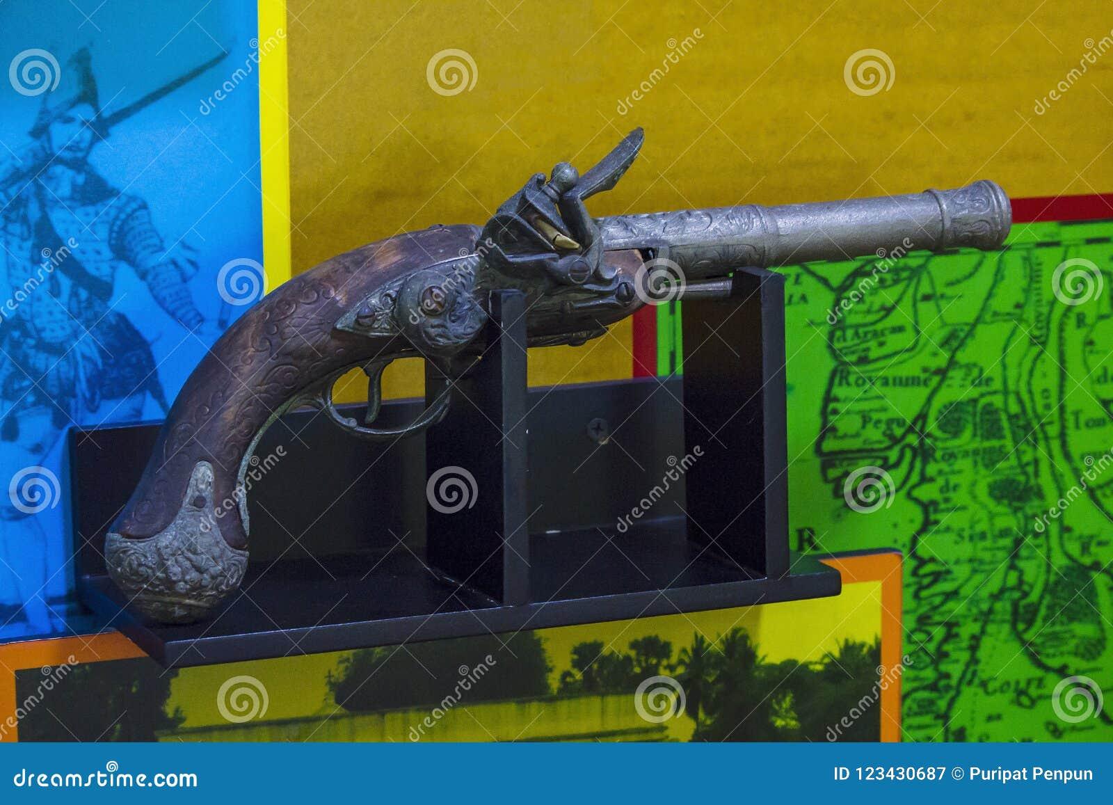Forntida skjutvapen är på träplattformar