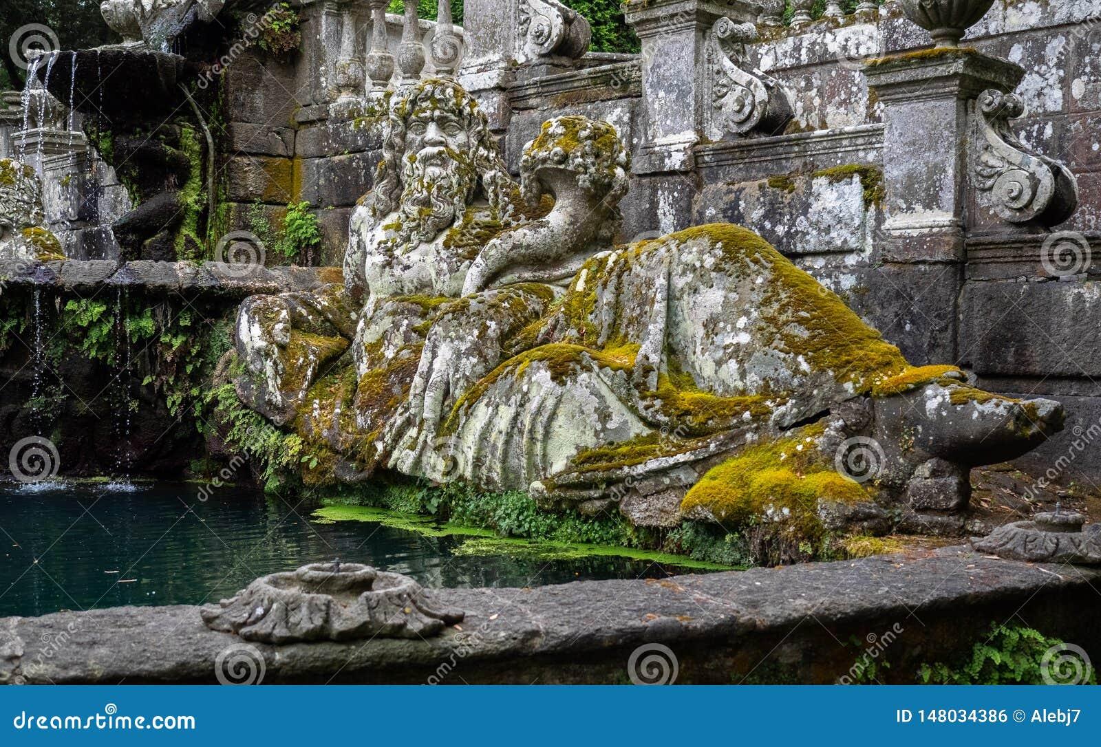 Forntida staty som täckas med mossa