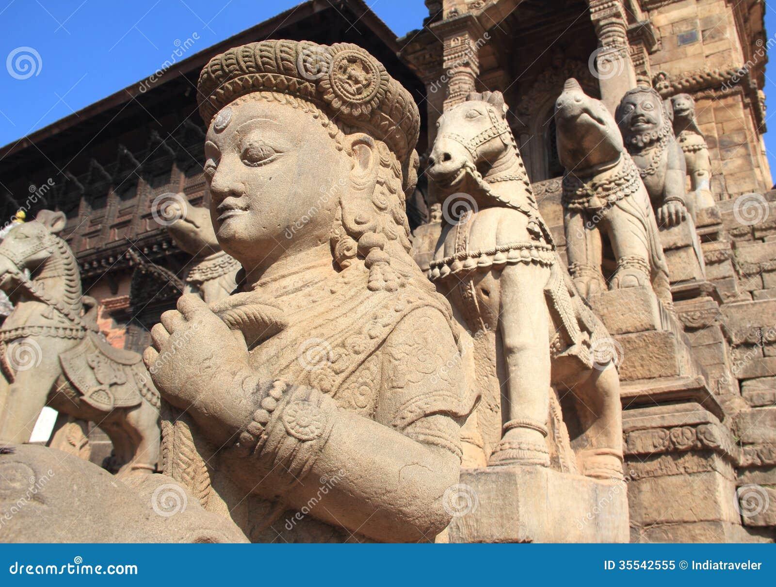 Forntida statyer i Nepal.