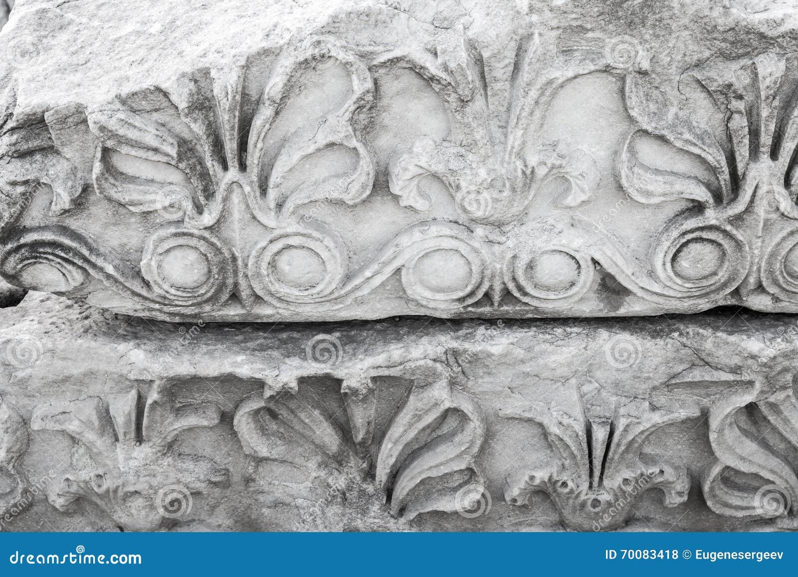Forntida sten som snider prydnaden, vit portik