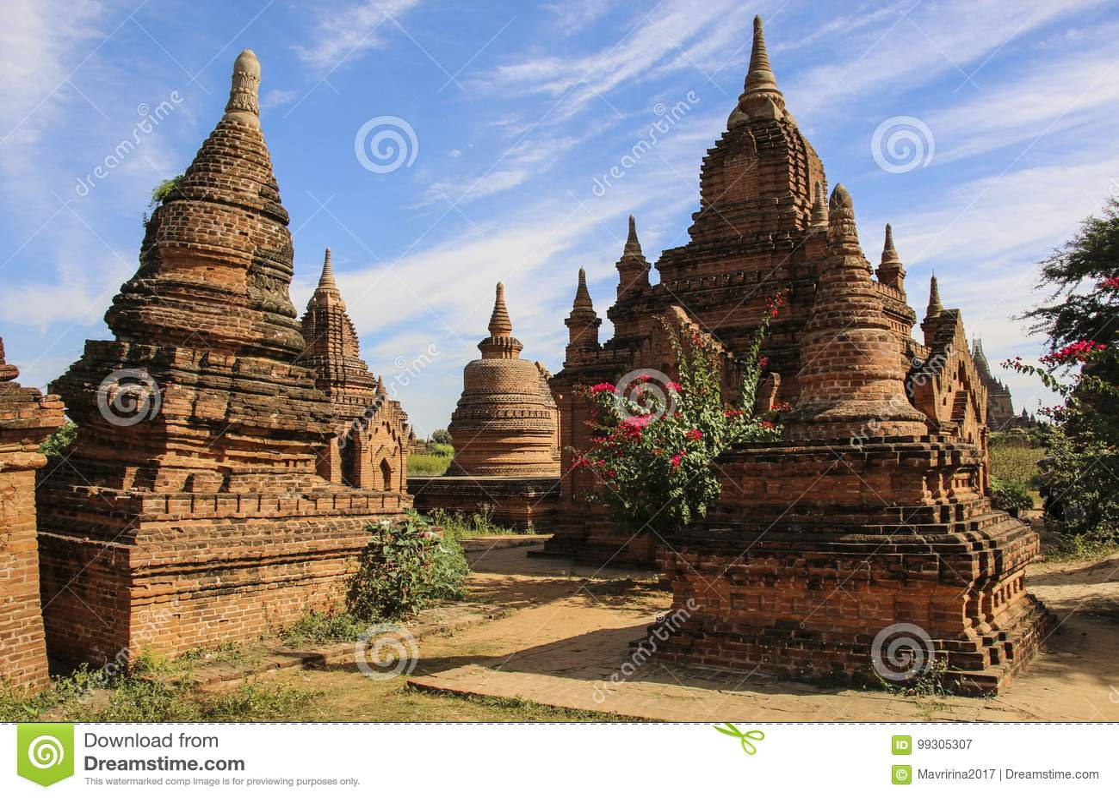 Forntida stupas i den arkeologiska zonen Bagan, Myanmar Burma