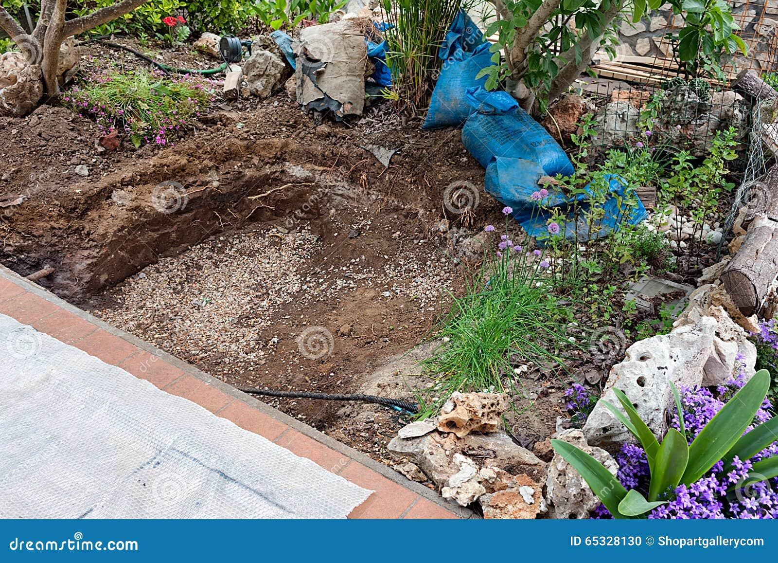 Foro scavato nella terra per la costruzione dello stagno for Stagno artificiale
