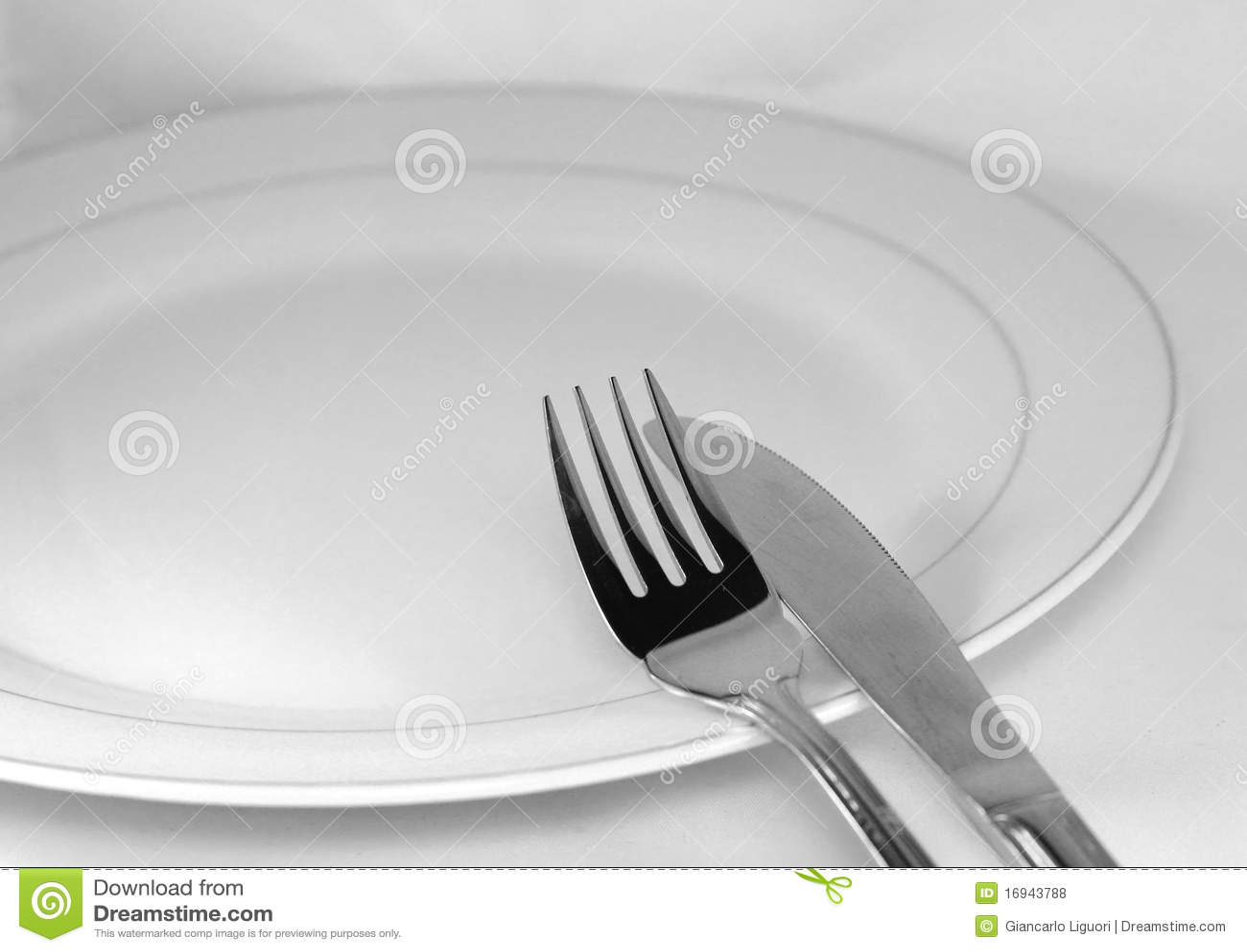 Forquilha, faca e placa vazia