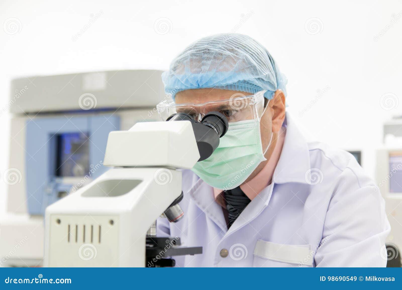 Forscher der mit mikroskop arbeitet stockbild bild von doktor