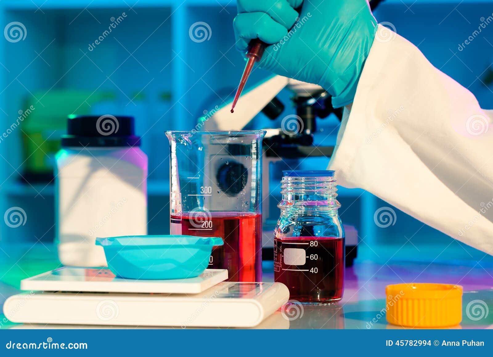 Forscherarbeit im modernen wissenschaftlichen Labor