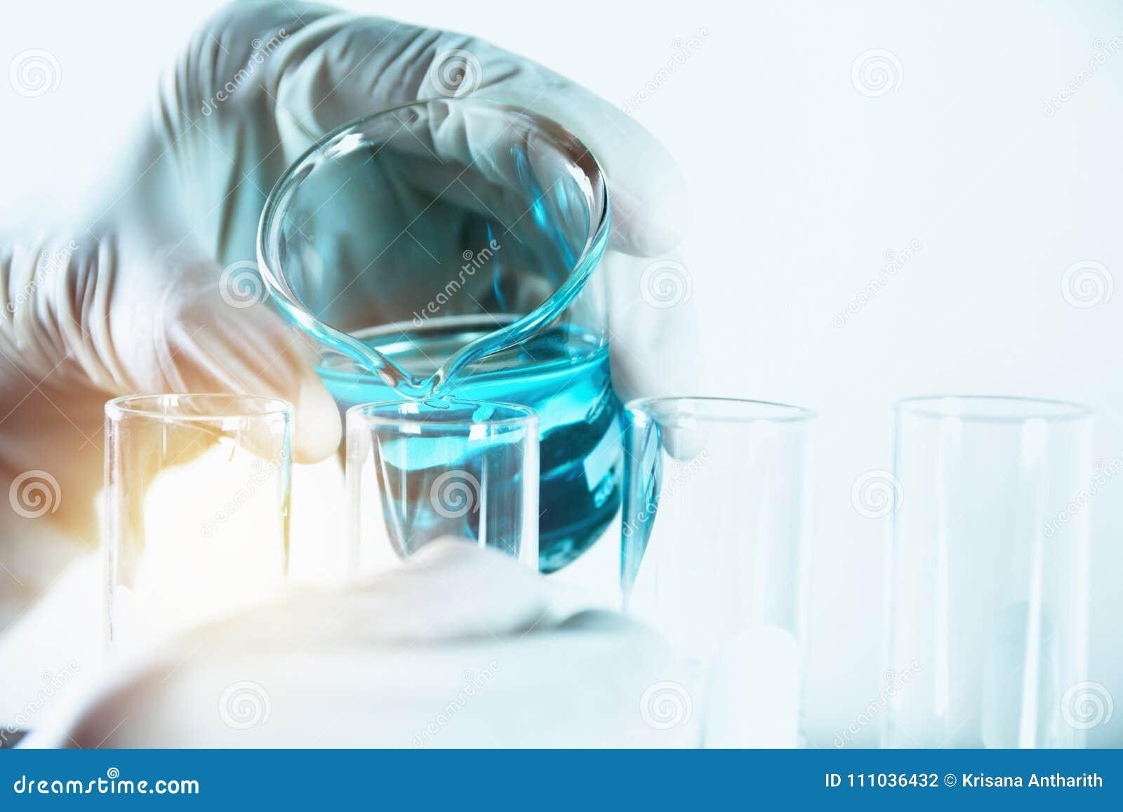 Forskare med kemiska provrör för glass laboratorium med flytande