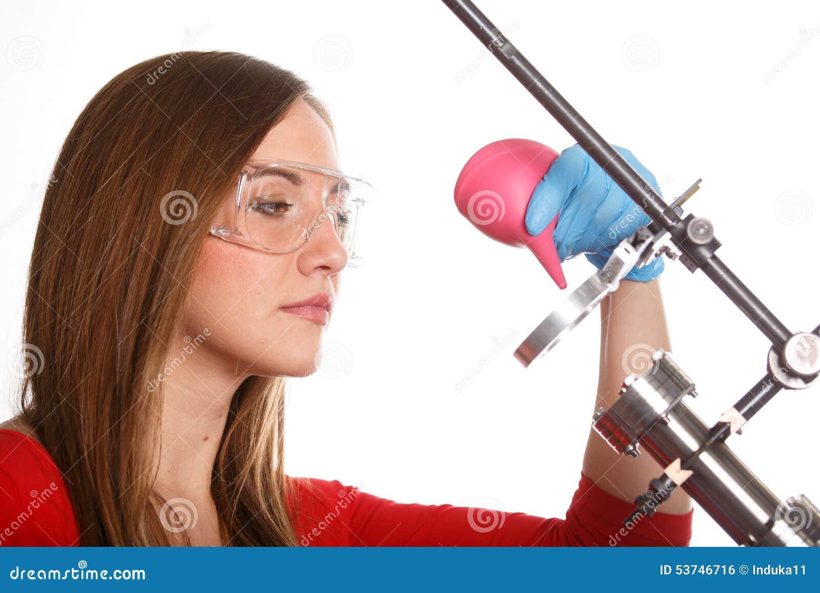 Forskare som gör ren laser-delar