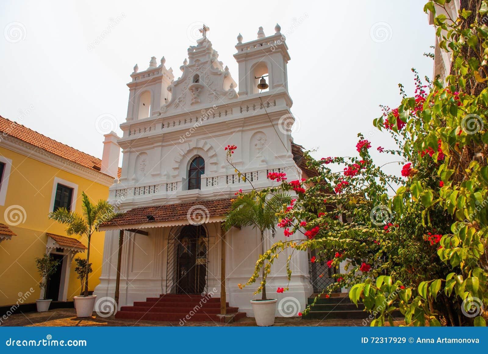 Fort Tiracol Katholische Kathedrale auf dem Hintergrund von roten Blumen goa Indien