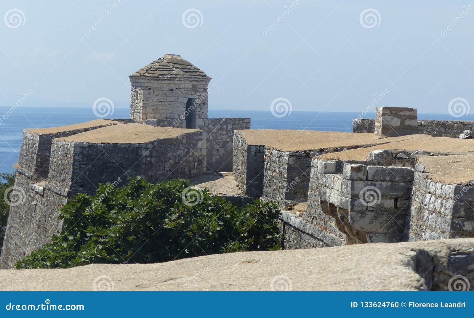 Fortaleza de Ali Pasha Tepelena em Porto Palermo, no mar, em Albânia do sul