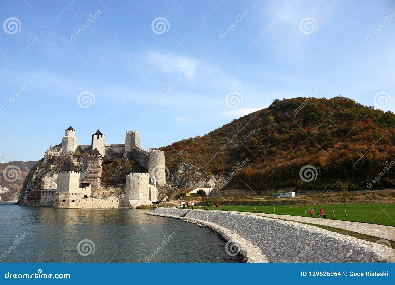 Fortaleza de Golubac na paisagem da estação do outono de Danúbio