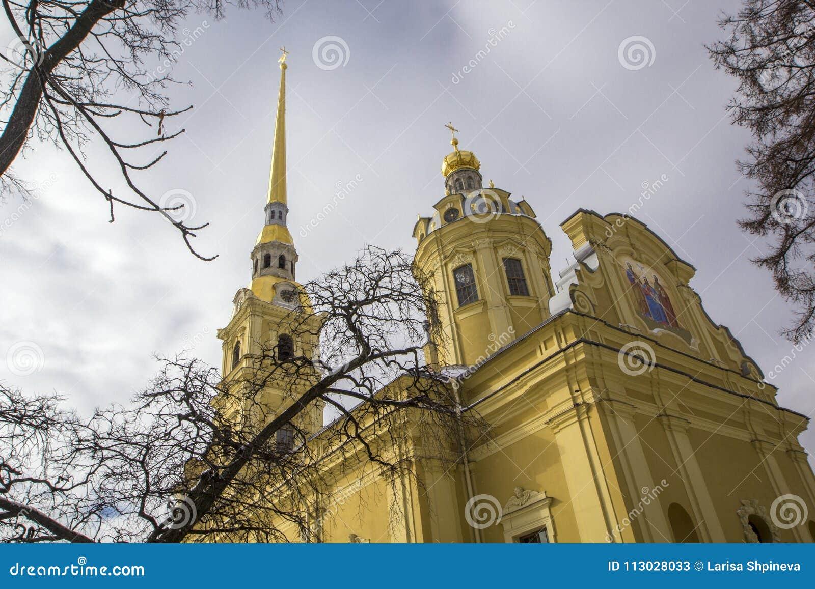 Fortaleza de Peter y de Paul Opinión del campanario de Petropavlovskaya Krepost Peter y de Paul Cathedral de debajo, alrededor de