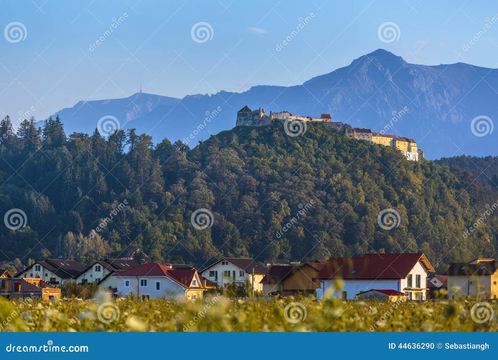Fortaleza de Rasnov y montañas de Bucegi, Rumania
