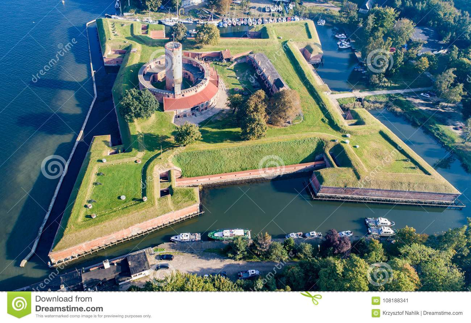 Fortaleza de Wisloujscie em Gdansk, Polônia Silhueta do homem de negócio Cowering