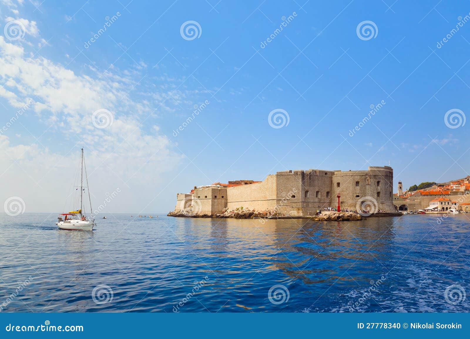 Fortaleza en la ciudad Dubrovnik en Croatia