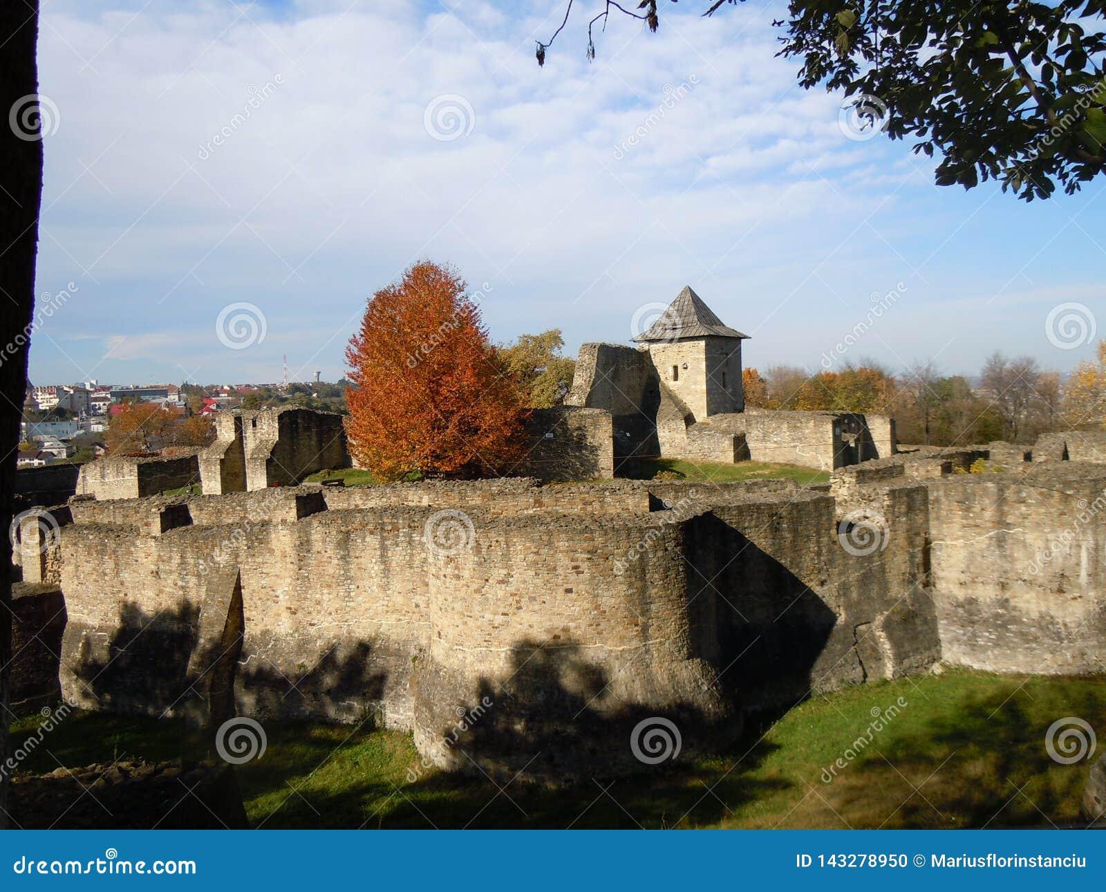 A fortaleza medieval de Seat de Suceava na luz solar do outono