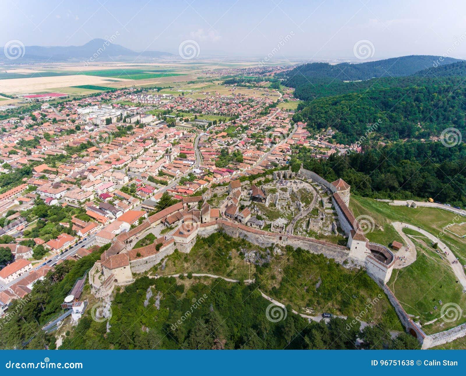 A fortaleza saxona Rasnov perto de Brasov na Transilvânia Romênia A